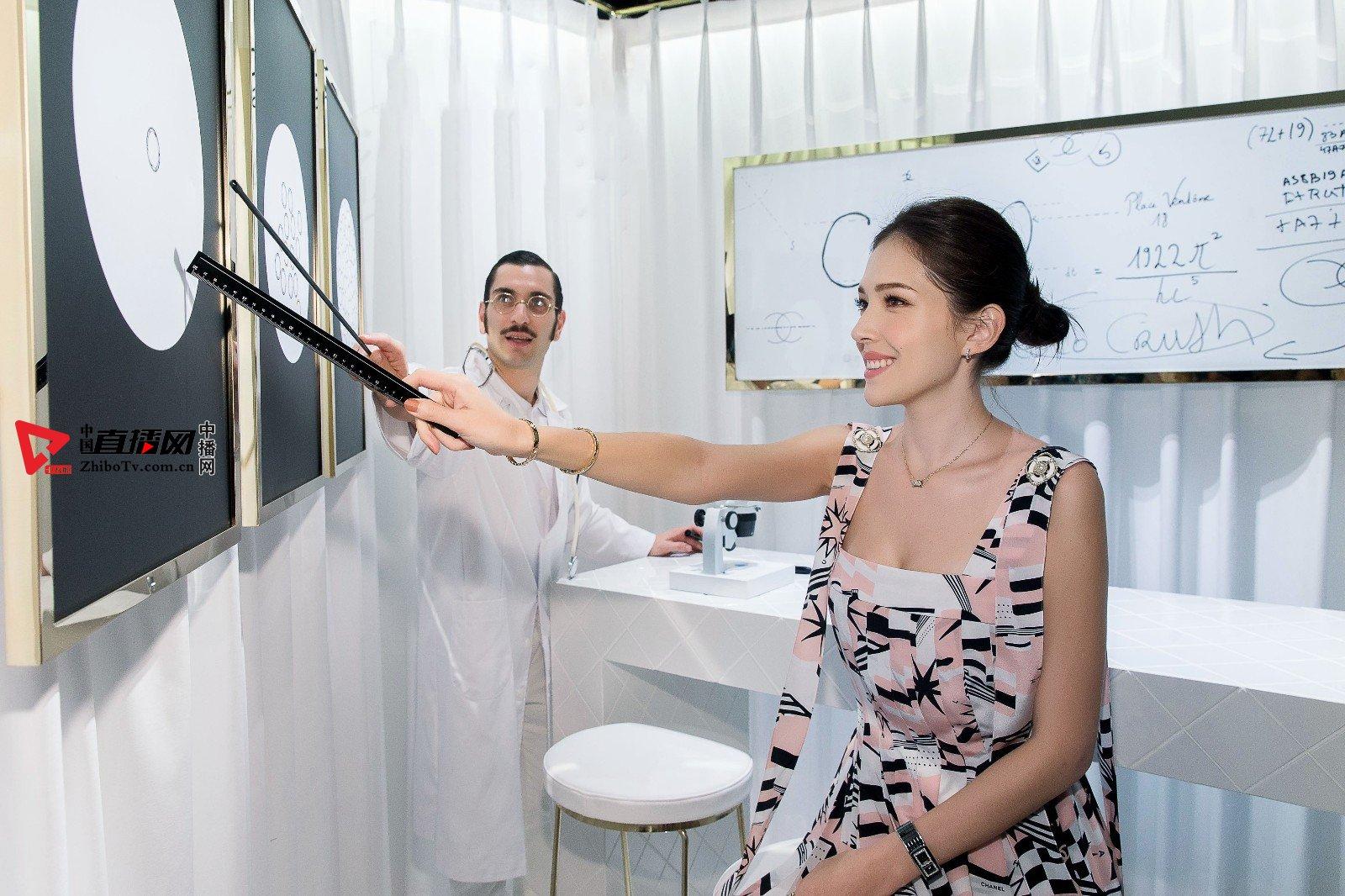 许玮甯受邀出席品牌活动 海军风印花长裙尽显优雅精致