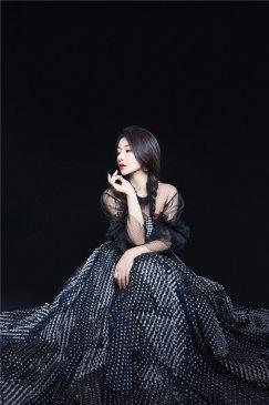 柳岩写真曝光 蓝黑透视裙尽显甜美性感