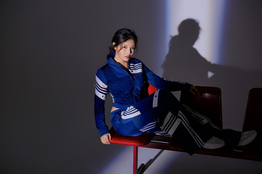 <b>徐冬冬妩媚诠释高级运动蓝 细腰翘臀坐姿豪放太酷了</b>