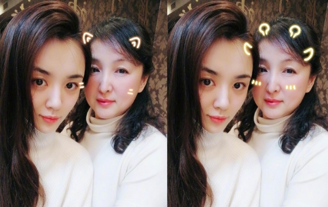王晓晨新年开工晒与妈妈合照 气质出众似姐妹