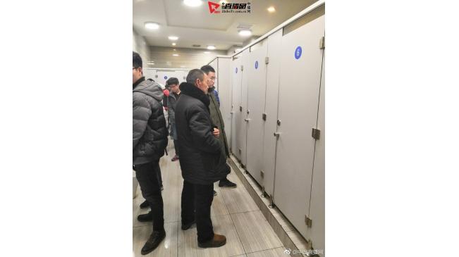 2019北京站大便位排队一景红了 你怎么看呢?