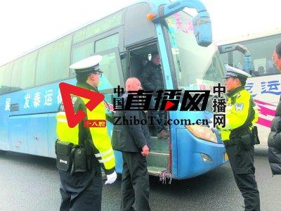 南京三桥高速上 民警连轴转