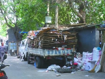 木板房堆纸板回收站垃圾臭 这些废品站