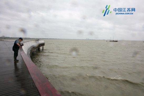 江苏无锡:台风来袭 太湖水域风起云涌