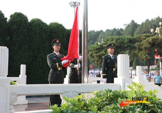 高清大图!参观者在西柏坡纪念馆观看