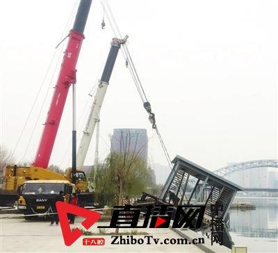 海河光华桥一处损坏的凉亭码头坠入河中