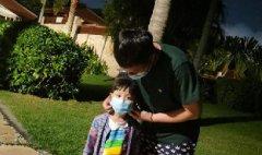 主持人华少致敬白衣天使 为孩子戴口罩