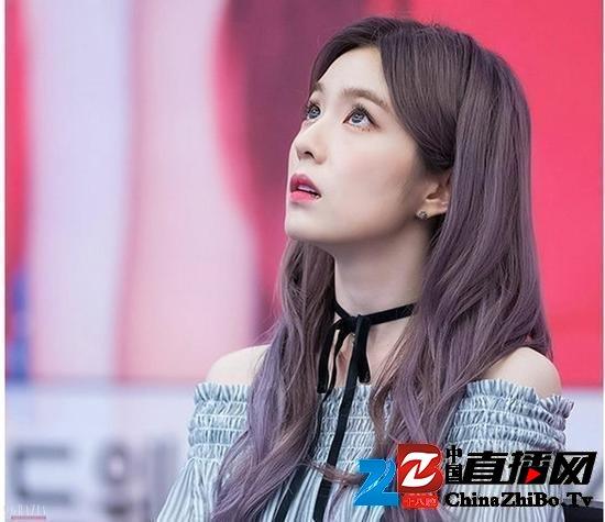 紫灰色系的发色,在自然光下就更明显的偏紫